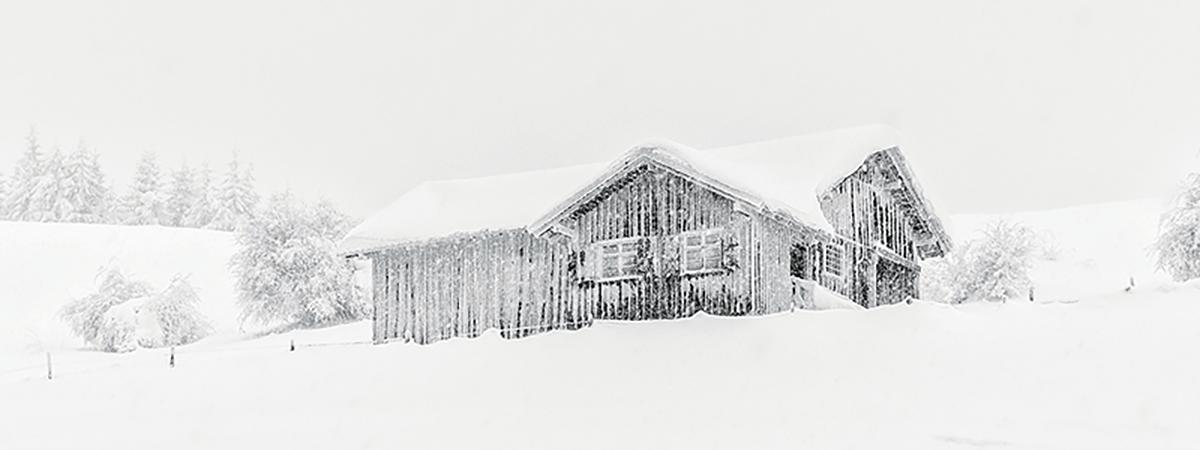 雪の中の山小屋